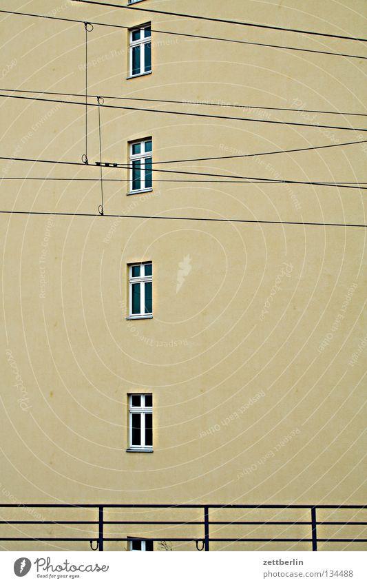 Bahnhof Fenster Fassade Haus Oberleitung untereinander 4 Geländer Reihe Spalte quartet