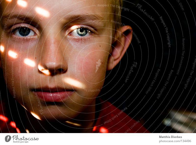 18 | 400 | GRACIAS klein Porträt Erkenntnis rot zögern verwundbar Jalousie Sonnenstrahlen Glaube ruhig Lichteinfall grün gefangen Zerstörung Kind Junge Mensch