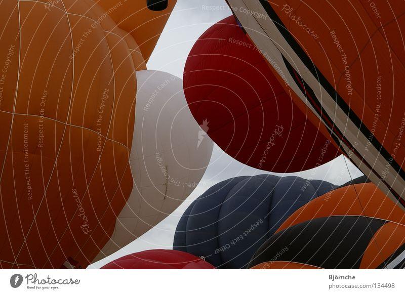 Einer nach dem Anderen blau rot Farbe braun orange Freizeit & Hobby Luftverkehr Flughafen Ballone chaotisch blasen Hülle Rheinland-Pfalz
