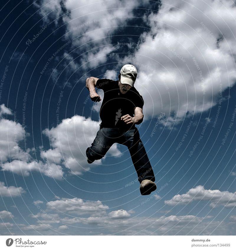 first strike Mann Sommer Wolken springen Wärme Beine Fuß Schuhe Arme fliegen Finger Luftverkehr Jeanshose Zähne Physik Wut