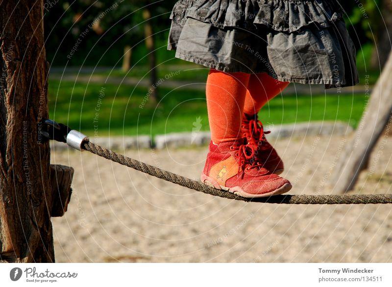 Seiltänzerin Mensch Kind Natur grün rot Mädchen Sommer Freude Spielen Bewegung Fuß Zufriedenheit Schuhe Freizeit & Hobby süß Sicherheit