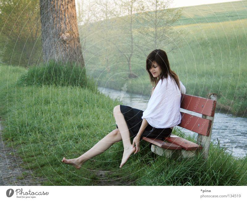 im Märchenland Frau schön Wiese Gefühle träumen Landschaft Nebel Bank Fußweg Bach Morgen Tuch Schal verträumt kindlich