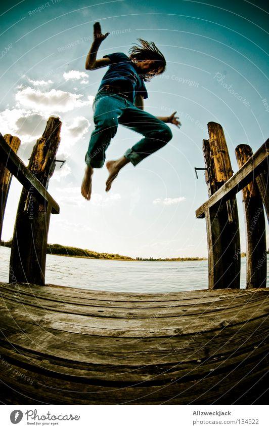 Jumping Jack Flash (2) See Steg Mann maskulin dunkel Gegenlicht Wolken Schönes Wetter Sommer heiß Schwimmen & Baden springen hüpfen Fischauge Beginn aufsteigen
