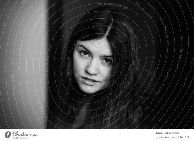 Schwarz-Weiß-Porträt Junge Frau Jugendliche Haare & Frisuren Gesicht Auge Lippen 1 Mensch 18-30 Jahre Erwachsene Mode schwarzhaarig brünett Lächeln Blick dünn