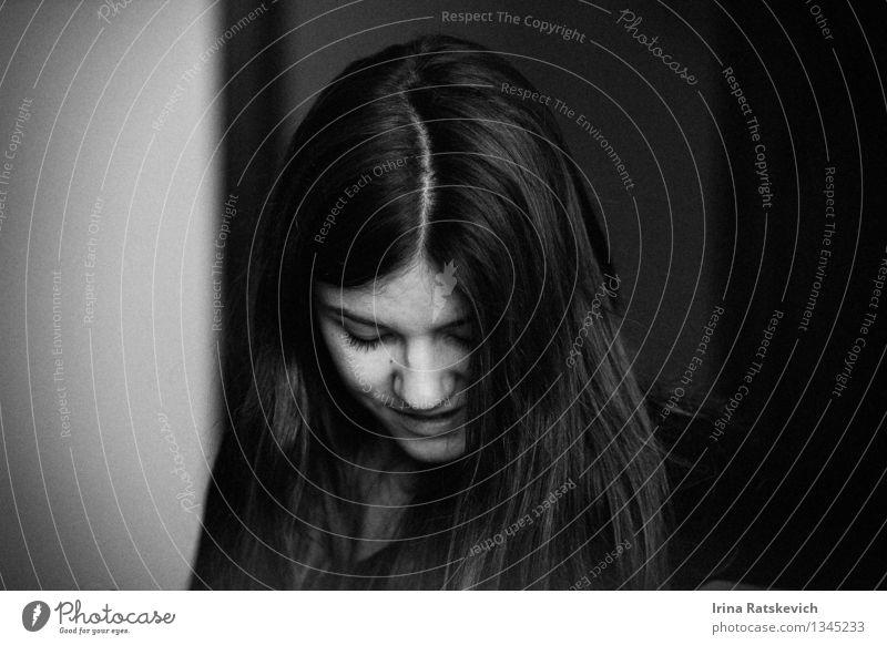 Schwarz-Weiß-Porträt Junge Frau Jugendliche Kopf Haare & Frisuren Gesicht 1 Mensch 18-30 Jahre Erwachsene Mode schwarzhaarig brünett Behaarung dünn gut nah