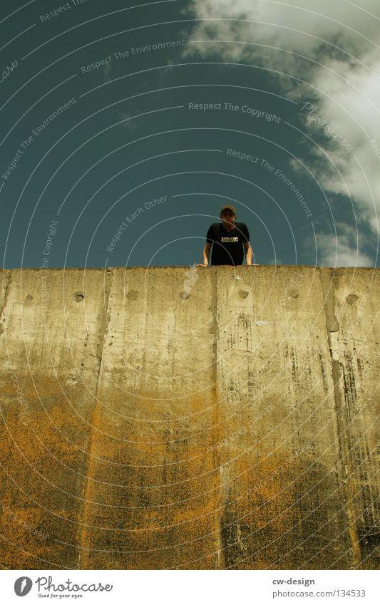 THE WALL | CRACKERJACK Wand Beton Mann maskulin hüpfen springen Schweben Strebe atmen drücken kämpfen Bekleidung Lifestyle Stil Detailaufnahme Kunst Kultur