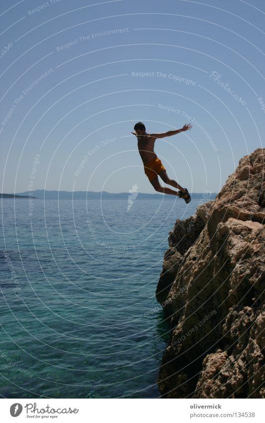 absprung Meer Freude springen Bewegung Freiheit frei Horizont Felsen genießen Erfrischung Blauer Himmel loslassen