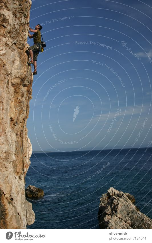 über dem meer Meer Freude Wolken Stein Kraft Felsen Klettern Vertrauen Mut Blauer Himmel Ausdauer Klippe Bergsteiger