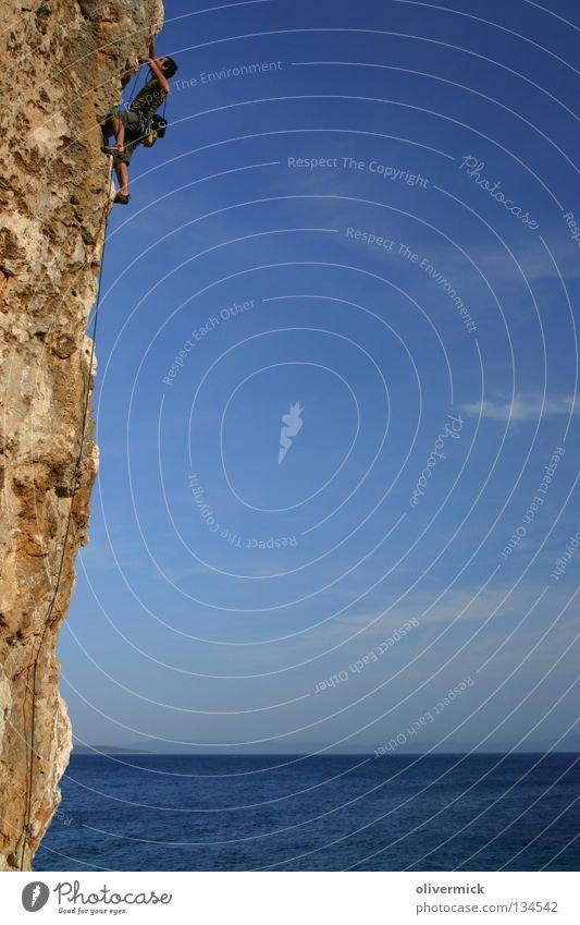 über den wolken Himmel Meer blau Wolken Kraft Felsen Klettern Vertrauen Mut Ausdauer Klippe Willensstärke Bergsteiger Funsport