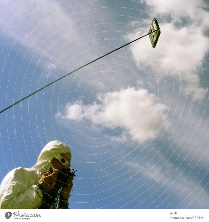 TAPE 3000 - einschmeißen Musikkassette Tonband Tonträger Seite diagonal Kerl Mann maskulin Unsinn Wolken schlechtes Wetter Seil Luft Schnur Brille Sonnenbrille