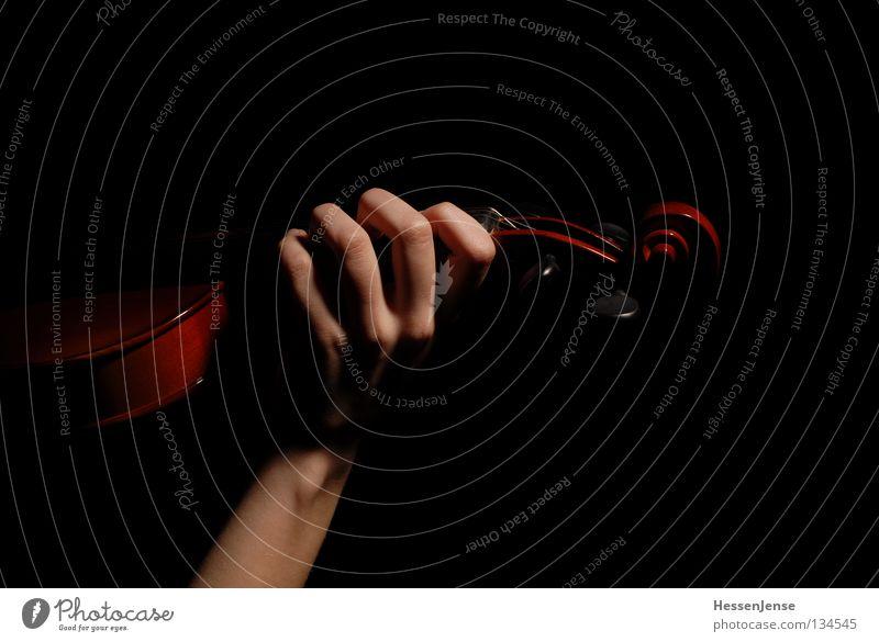 Hand 28 Hoffnung Geige Orchester Finger Saite schwarz dunkel Gefühle Spielen Kunst Kultur schön Musik Viloline Leidenschaft Arme fangen Elektrizität