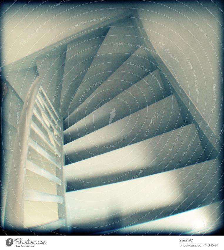 Fall'n 'se nich', is steil. Haus gehen Treppe Häusliches Leben Konzentration unten analog aufwärts Treppengeländer Flur abwärts Raster Haushalt Richtung Sucher