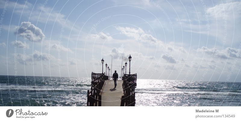 Weg zum Horizont Mann Wasser Himmel Sonne Meer blau Sommer Wolken Brücke Spanien