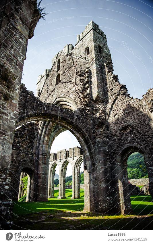 Bogen Brecon Beacons Wales Kirche Palast Burg oder Schloss Ruine Bauwerk Gebäude Architektur Kloster Torbogen Mauer Wand Fassade Sehenswürdigkeit Wahrzeichen