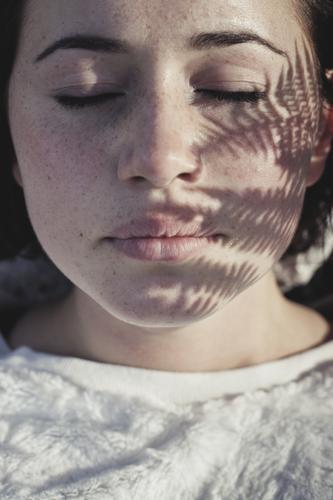 natürlich Mensch Frau Jugendliche schön Junge Frau Erholung Gesicht Erwachsene Gesundheit Zufriedenheit 13-18 Jahre Wellness Körperpflege Meditation brünett