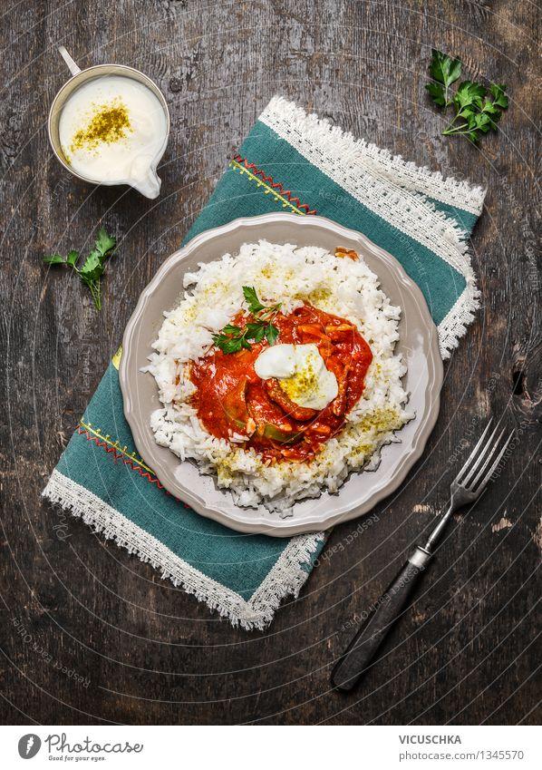 Basmati-Reis mit Hähnchen Tomaten Soße und Joghurt Gesunde Ernährung Speise Stil Lebensmittel Design Ernährung Tisch Kräuter & Gewürze Küche Asien Bioprodukte Getreide Restaurant Teller Fleisch Mahlzeit