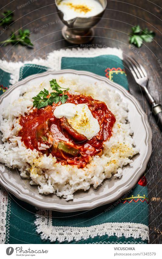 Reis mit Fleisch, Gemüse, Tomatensoße und Joghurtsauce Gesunde Ernährung Speise Essen Foodfotografie Stil Design Tisch Getreide Restaurant Teller Abendessen