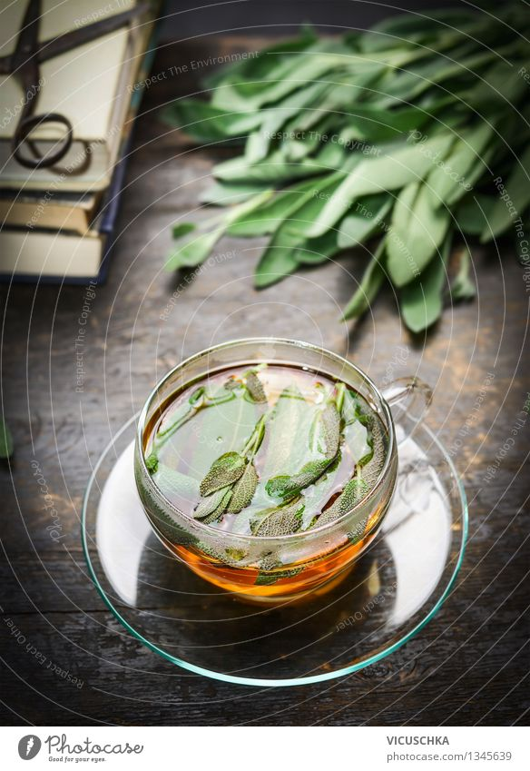 Kräuter Tee mit frischen Salbei Blätter Natur Gesunde Ernährung Leben Stil Holz Wohnung Design Tisch Getränk Buch Kräuter & Gewürze Tee Tasse Alternativmedizin rustikal Schere