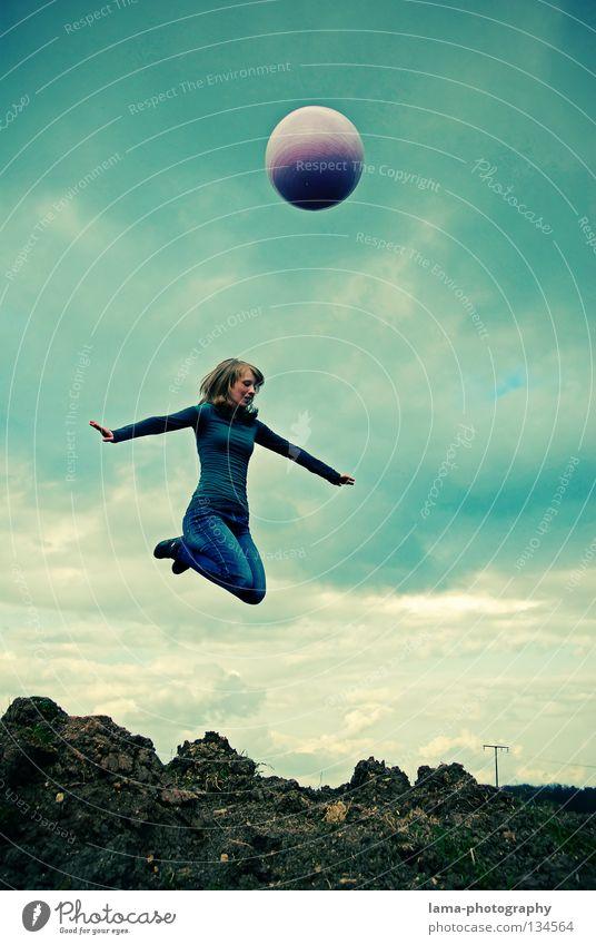 Höhenflug - Ende Frau Himmel Natur Sonne Sommer Freude Wolken Farbe Spielen Berge u. Gebirge springen Luft Erde gehen fliegen laufen