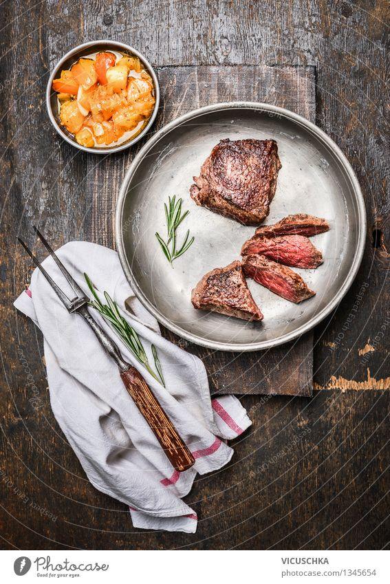 Hüftsteak , medium gebraten mit Salsa soße Lebensmittel Fleisch Gemüse Kräuter & Gewürze Ernährung Mittagessen Festessen Bioprodukte Diät Slowfood Stil Design