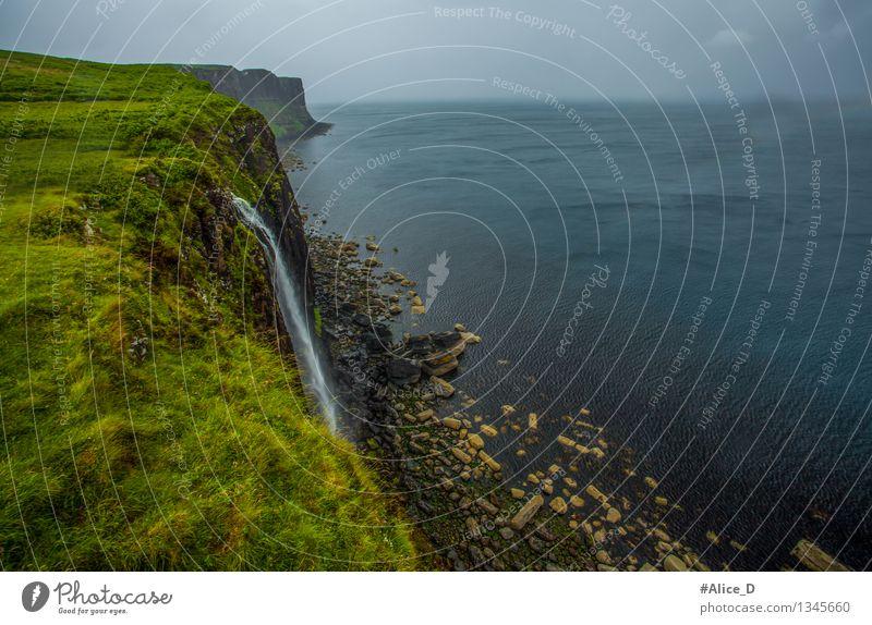 Kilt Rock Wasserfall Umwelt Natur Landschaft Urelemente Horizont Klima Wetter schlechtes Wetter Nebel Regen Gras Moos Wiese Feld Felsen Küste Meer Insel skye