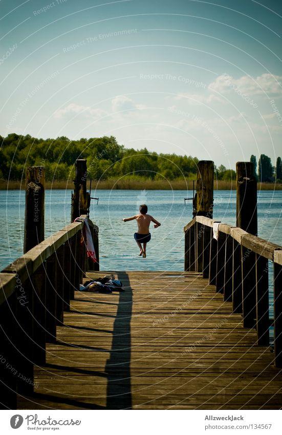 Arschbombe See Steg Mann maskulin Wolken Schönes Wetter Sommer heiß Schwimmen & Baden springen hüpfen Beginn aufsteigen Extase energiegeladen Schifffahrt Freude