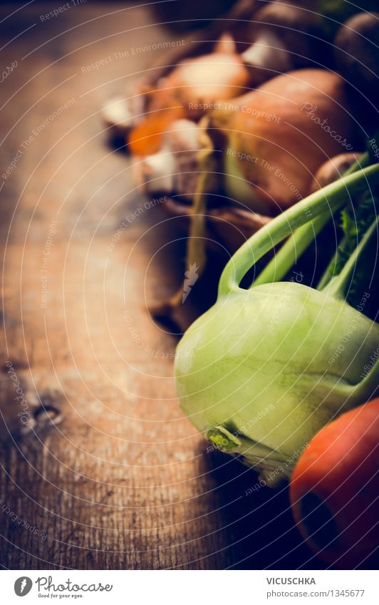 Frischer Kohlrabi und Gemüse Lebensmittel Ernährung Mittagessen Abendessen Bioprodukte Vegetarische Ernährung Diät Gesunde Ernährung Tisch Küche Natur Design