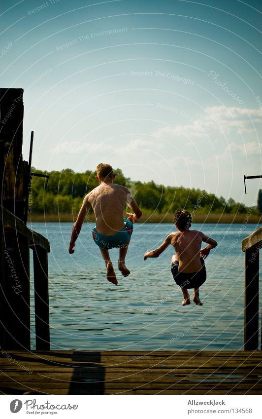 Doppelarschbombe See Steg Mann maskulin Wolken Schönes Wetter Sommer heiß Schwimmen & Baden springen hüpfen Beginn aufsteigen Extase energiegeladen Schifffahrt