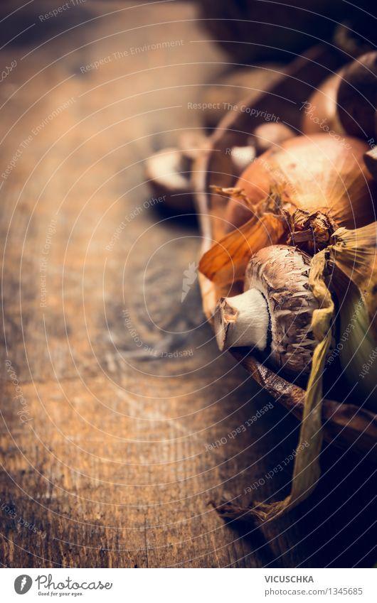 Pilze und Zwiebeln in rustikale Schüssel Natur Gesunde Ernährung gelb Leben Essen Stil Foodfotografie Hintergrundbild Lebensmittel Design Tisch