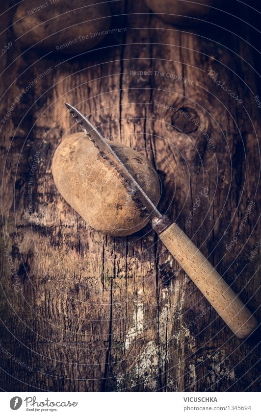 Bio Kartoffeln mit Messer auf rustikalem Holz Gesunde Ernährung dunkel gelb Leben Essen Foodfotografie Stil Hintergrundbild Garten Lebensmittel Design Tisch