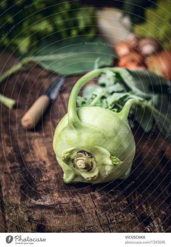 Frischer Kohlrabi auf rustikalem Küchentisch Lebensmittel Gemüse Ernährung Bioprodukte Vegetarische Ernährung Diät Messer Stil Design Gesunde Ernährung Sommer