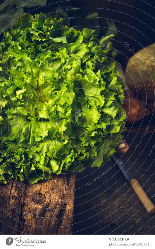Frisches Kopfsalat auf rustikalem Küchentisch Lebensmittel Gemüse Salat Salatbeilage Ernährung Mittagessen Bioprodukte Vegetarische Ernährung Diät Messer