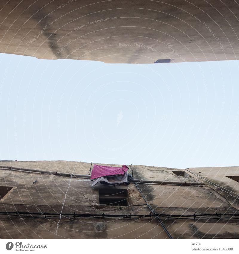 Leben in der Bude Haus Fenster Wand Mauer Lifestyle oben Fassade Wohnung Häusliches Leben Armut violett Dorf mediterran hängen Wäsche waschen trocknen