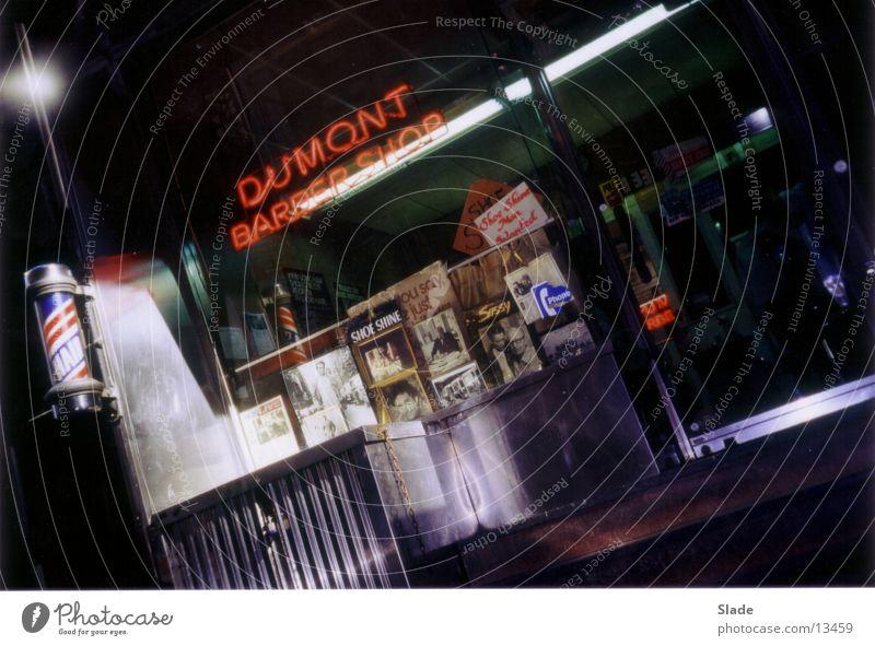 Dumont Barber Shop Friseur Amerika Friseursalon New York City Leuchtreklame Schaufenster Nachtaufnahme Nordamerika