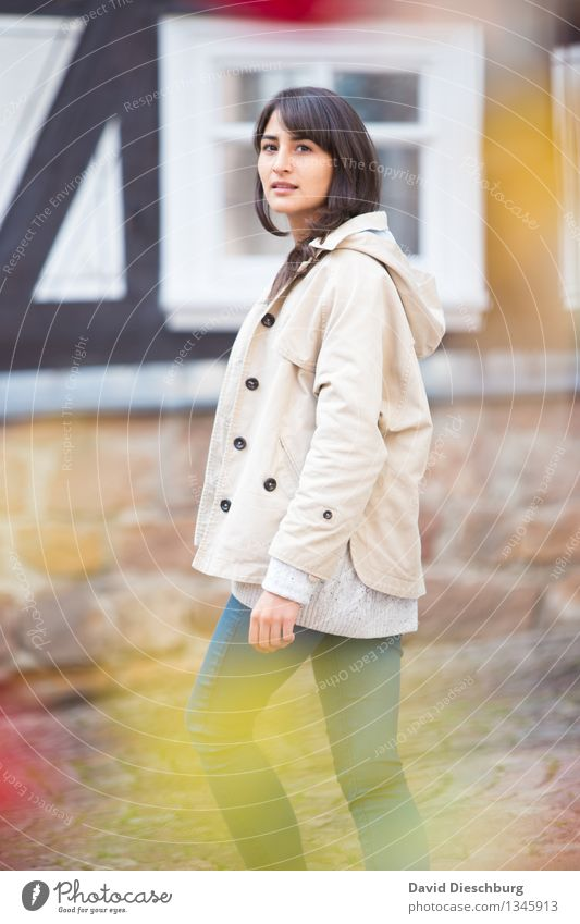 Wenn sich Blicke treffen... feminin Junge Frau Jugendliche Körper 1 Mensch 18-30 Jahre Erwachsene Jeanshose Jacke brünett kurzhaarig dünn gelb rot schwarz weiß