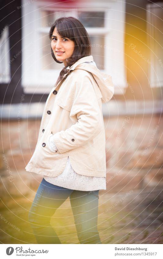 Herbstspaziergang feminin Junge Frau Jugendliche Leben 1 Mensch 18-30 Jahre Erwachsene Frühling Glück Fröhlichkeit Zufriedenheit Sympathie Gelassenheit