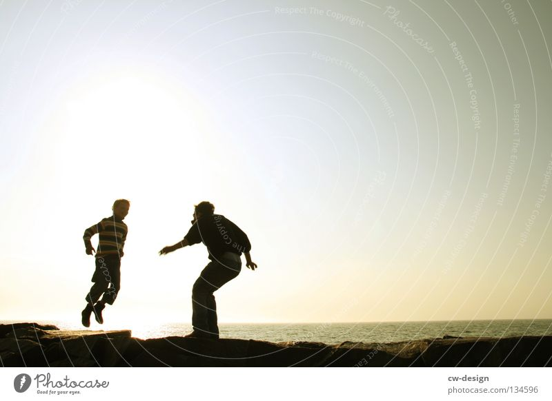 WIR BRAUCHEN PLATZ ZUM DANCEN springen hüpfen lustig Freude Stimmung Baum Baumstamm morsch Meer See Strand Sandstrand Blende blenden Gegenlicht dunkel schwarz