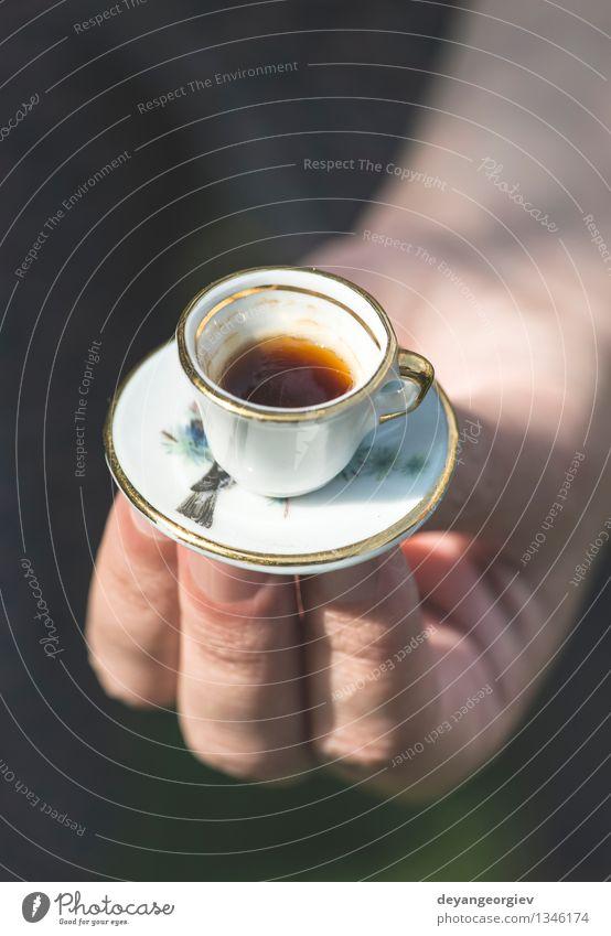 Hand halten sehr kleine Tasse Kaffee. Frau Farbe weiß Erwachsene Stil Garten Aussicht Tisch retro heiß Café Halt