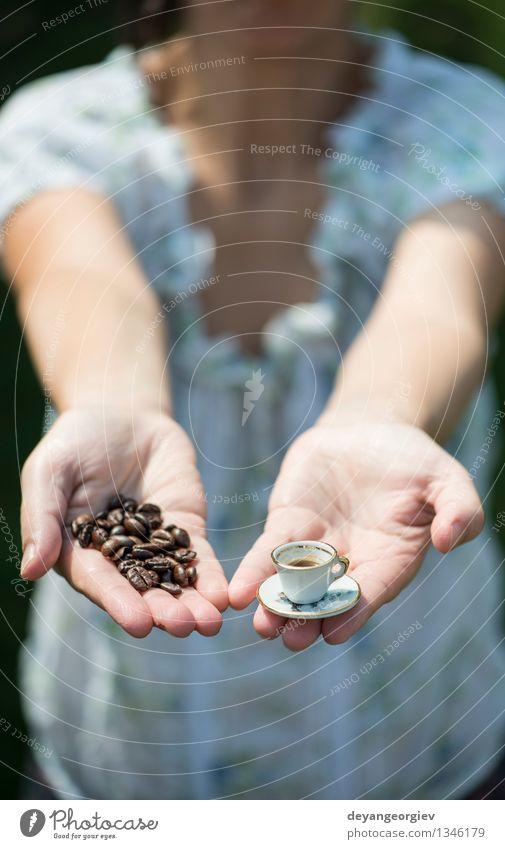 Hand halten sehr kleine Tasse Kaffee Frau Farbe weiß Erwachsene Stil Garten Aussicht Tisch retro heiß Café Halt