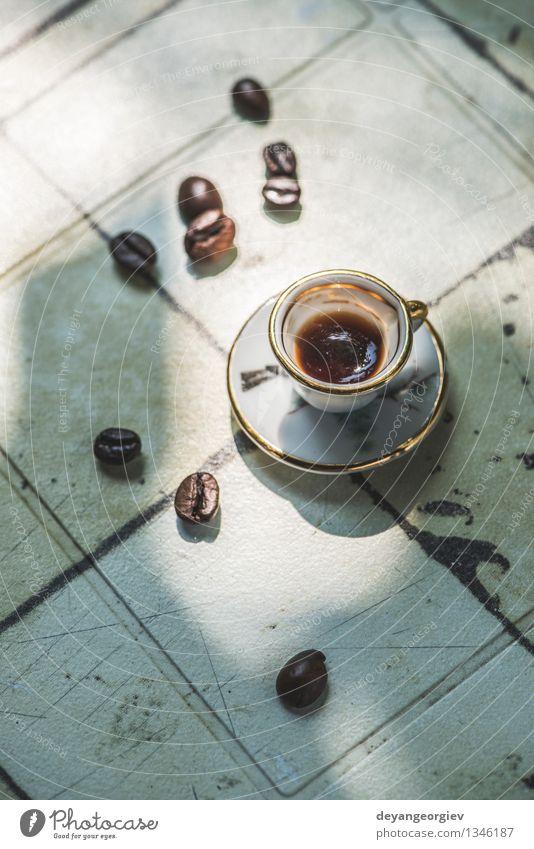 Tasse Kaffee auf dem Tisch Espresso Schreibtisch alt frisch heiß klein retro braun schwarz Miniatur hölzern Top Café trinken Aussicht Holz Koffein Becher