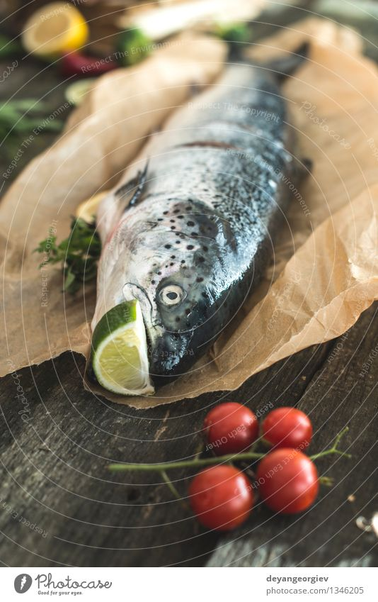 Bereiten ganze Lachs Fisch zum Kochen Meeresfrüchte Gemüse Abendessen Tisch Seil Papier dunkel frisch lecker schwarz Lebensmittel kochen & garen roh