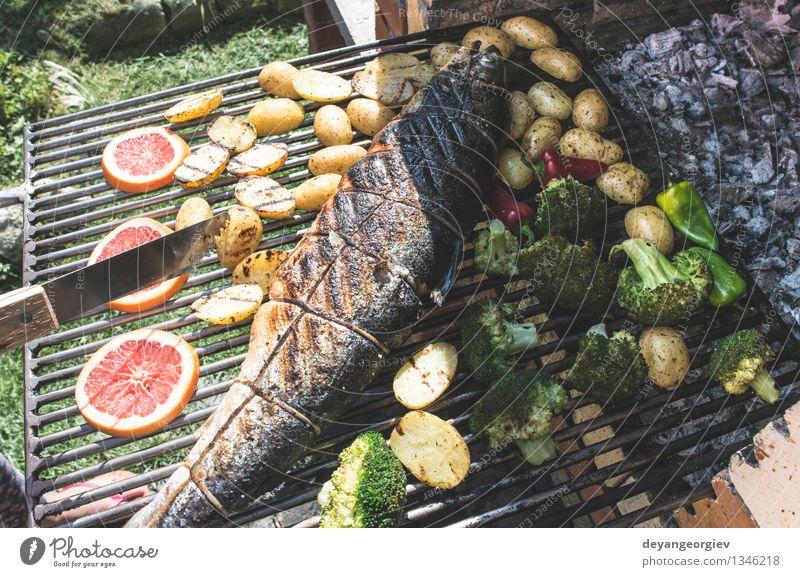 Lachsfisch am Grill rösten Fleisch Meeresfrüchte Gemüse Mittagessen Seil Papier frisch heiß rot gebraten Kartoffeln Steak Feinschmecker Mahlzeit Braten Brokkoli