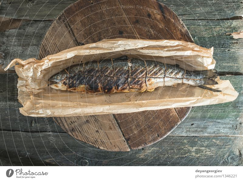 Gebratener Lachs Fisch auf Backpapier. Fleisch Meeresfrüchte Mittagessen Abendessen Tisch Seil Papier frisch rot gegrillt Kochpapier gebraten Lebensmittel