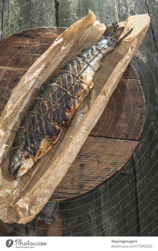 Gebratener Lachs Fisch auf Backpapier Fleisch Meeresfrüchte Mittagessen Abendessen Tisch Seil Papier frisch rot gegrillt Kochpapier gebraten Lebensmittel