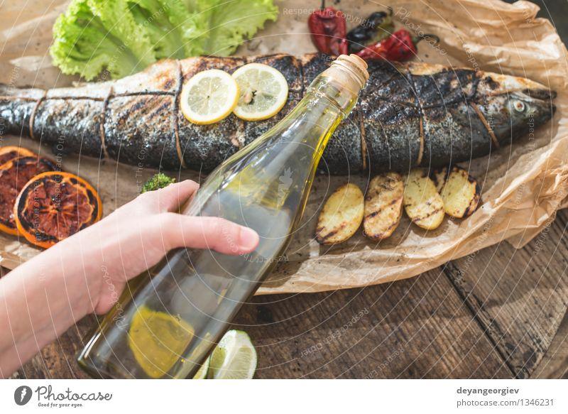Gebratener Lachs und Gemüse Meeresfrüchte Abendessen Diät Flasche Hand Papier frisch lecker natürlich weiß Kartoffeln Kochpapier kochen & garen Mahlzeit roh