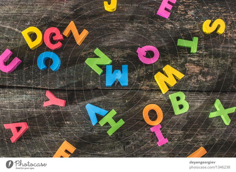 Bunte Buchstaben auf Holzbrett alt Farbe Design Papier Symbole & Metaphern Spielzeug Wort Typographie Sammlung Text mischen Vorschule Gußeisen