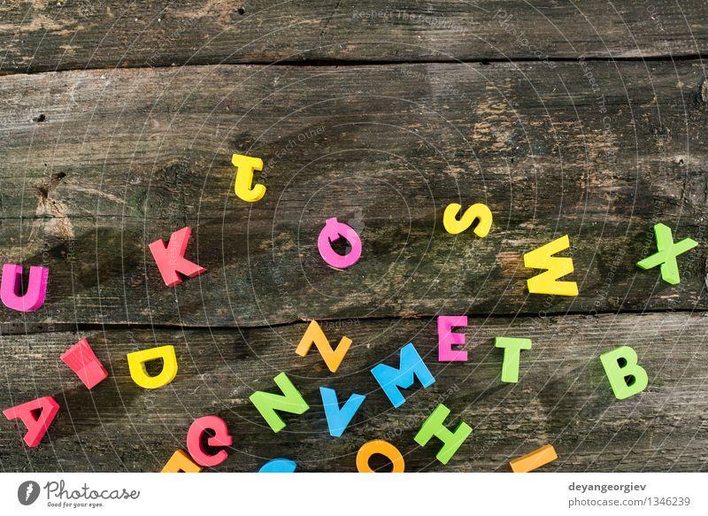 Holzbuchstaben auf Holzbrett Design Papier Spielzeug Sammlung alt Farbe Alphabet Briefe farbenfroh altehrwürdig Holzplatte Text Hintergrund Gußeisen Wort abc