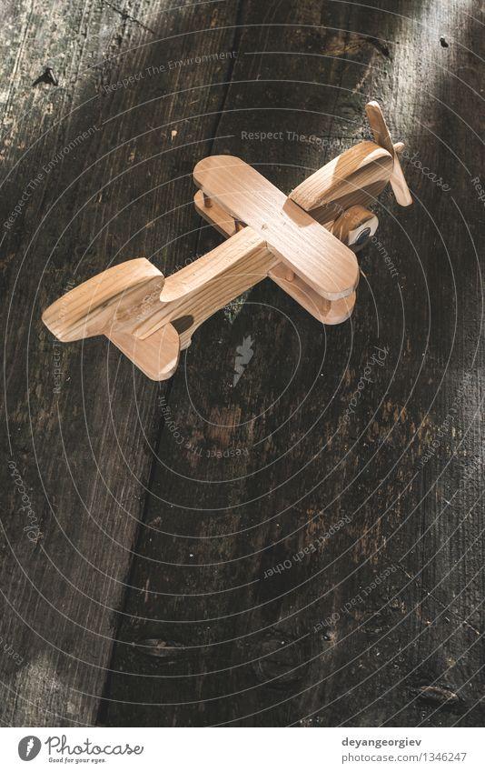 Hölzernes Flugzeug der Weinlese auf hölzernem Brett Ferien & Urlaub & Reisen Handwerk Luft Verkehr Fluggerät Spielzeug alt klein retro Tradition Ebene