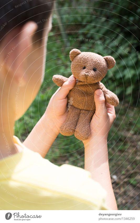 Kindergriff Teddybär Spielen Baby Mädchen Junge Kindheit Hand Spielzeug klein braun Bär Halt traurig jung eine Porträt