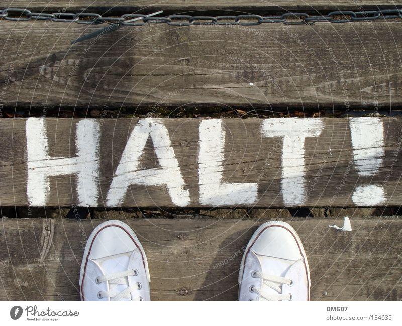 HALT! Stil Freude Wärme Schuhe Holz Hinweisschild Warnschild weiß Fortschritt Verbote Halt stoppen Chucks Physik Zutritt Zutritt verboten Warnhinweis